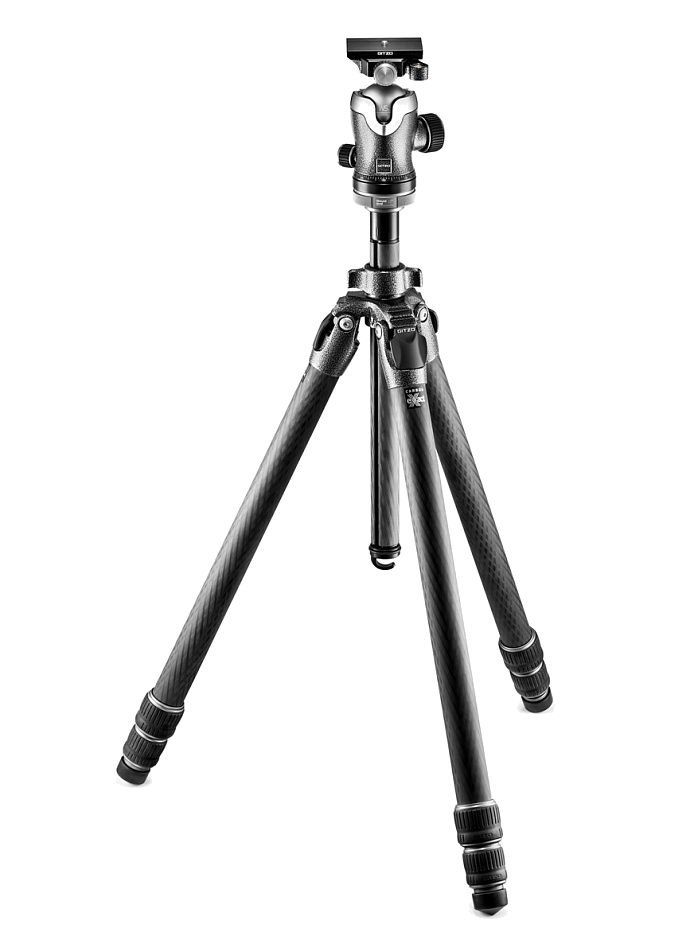 Nikon Штатив Gitzo GK3532-82QD Mountaineer с шаровой головкой для фотокамерыШтативы<br>Комплект состоит из карбонового трехсекционного штатива Mountaineer GT3532 и шаровой головки GH3382QD с площадкой системы Arca-Swiss. Оптимизирован состав углеродного волокна для достижения максимальной жесткости и стабильности штатива. Система фиксации G-Lock Ultra создает новый уровень эргономики и защиты от попадания пыли в секции штатива. Реализована возможность быстрого удаления центральной колонны для съемки с нижней точки, при этом диск для установки штативной головки остается на месте. Максимальная высота 175 см, в сложенном виде 76 см, вес 2,65 кг, допустимая нагрузка 18 кг.<br><br>Тип: Штатив<br>Артикул: GK3532-82QD