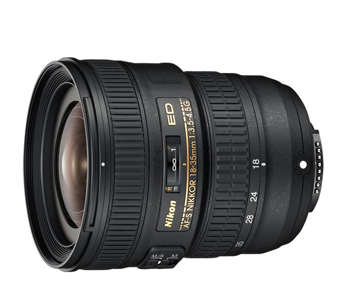 Nikon AF-S NIKKOR 18-35mm f/3.5–4.5G EDШирокоугольные<br>Этот широкоугольный зум-объектив NIKKOR позволяет приблизить объект съемки и при этом все уместить в кадре.<br> <br> Минимальное фокусное расстояние данного объектива составляет 18 мм, а угол зрения — 100?, поэтому он идеально подходит для съемки красивых архитектурных комплексов и городских пейзажей с большим количеством деталей, а также для создания ярких снимков во время путешествий.<br> <br> Благодаря исключительно высококачественной оптике и наличию эксклюзивного бесшумного ультразвукового мотора (SWM) от компании Nikon, который обеспечивает быструю, точную и бесшумную автофокусировку, этот объектив — отличный вариант для опытных фотографов-любителей.<br><br>Тип: Зум-объектив<br>Фокусное расстояние: 18-35 мм (27-53 мм в формате DX)<br>Максимальная диафрагма: 3,5-4,5<br>Минимальная диафрагма: 22-29<br>Подавление вибраций: Нет<br>Конструкция объектива: 12 элементов в 8 группах (в том числе 2 элемента из стекла ED и 3 асферические линзы)<br>Угол зрения: FX: 100°–63°, DX: 76°–44°<br>Минимальное расстояние фокусировки: 0,28 м<br>Количество лепестков диафрагмы: 7<br>Установочный размер фильтра: 77 мм<br>Артикул: JAA818DA