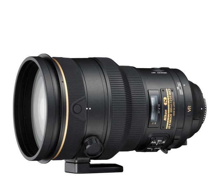 Nikon AF-S NIKKOR 200mm F2.0G IF-ED VRIIТелеобъективы<br>Профессиональный телеобъектив с быстрой диафрагмой f/2 для зеркальных фотокамер Nikon формата FX. Содержит систему подавления вибраций Nikon второго поколения, обеспечивающую высокое качество изображения даже при съемке в условиях недостаточного освещения. Покрытие Nano Crystal значительно уменьшает ореолы и блики, а скругленная 9-лепестковая диафрагма обеспечивает исключительно мягкое боке. Тихая и точная система автофокусировки и влагозащищенный магниевый корпус.<br><br>Тип: С фиксированным фокусным расстоянием<br>Фокусное расстояние: 200 мм (300 мм в формате DX)<br>Максимальная диафрагма: 2<br>Минимальная диафрагма: 22<br>Подавление вибраций: Да<br>Конструкция объектива: 13 элементов в 9 группах (включая 3 элемента из стекла ED, 1 элемент из стекла Super ED и нанокристаллическое покрытие Nano Crystal Coat)<br>Угол зрения: FX: 12°20', DX: 8°<br>Минимальное расстояние фокусировки: 1,9 м<br>Количество лепестков диафрагмы: 9<br>Установочный размер фильтра: 52 мм (внутреннее крепление)<br>Артикул: JAA340DA