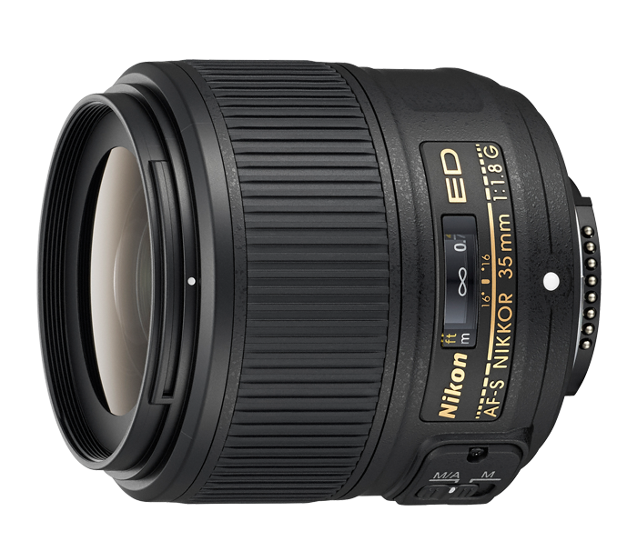 Nikon AF-S NIKKOR 35mm f/1.8G EDШирокоугольные<br>Светосильный объектив с фиксированным фокусным расстоянием формата FX с диафрагмой f/1,8 и классическим фокусным расстоянием 35 мм.<br> <br> Проверенная комбинация классического фокусного расстояния и большой диафрагмы делает этот универсальный и легкий объектив идеальным для уличной фотографии, портретов в интерьере и больших пейзажных работ.<br> <br> Фокусное расстояние 35 мм позволяет создавать красивые изображения, не подвластные времени, а большая максимальная диафрагма f/1,8 создает мягкое боке и резкие снимки при плохом освещении. Оптика, созданная для матриц с высоким разрешением, и невероятная портативность этого объектива дают вам свободу снимать разнообразные сюжеты во всей их красоте.<br><br>Тип: С фиксированным фокусным расстоянием<br>Фокусное расстояние: 35 мм (52,5 мм в формате DX)<br>Максимальная диафрагма: 1.8<br>Минимальная диафрагма: 16<br>Подавление вибраций: Нет<br>Конструкция объектива: 11 элементов в 8 группах (в том числе 1 элемент из стекла ED и 1 асферическая линза)<br>Угол зрения: FX: 63°, DX: 44°<br>Минимальное расстояние фокусировки: 0,25 м<br>Количество лепестков диафрагмы: 7<br>Установочный размер фильтра: 58 мм<br>Артикул: JAA137DA