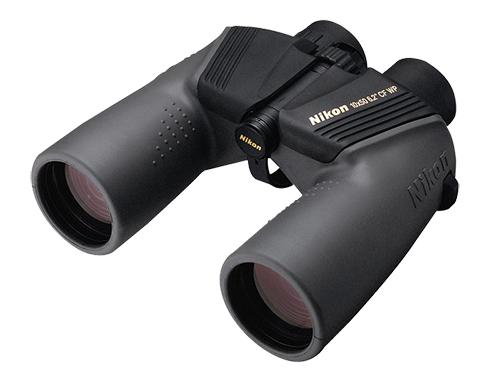 Nikon Бинокль Marine 10X50 CF WPБинокли морские<br>Эти водозащищенные и защищенные от запотевания бинокли Nikon - Ваш билет для использования их под открытым небом. Яркое и красивое изображение получается при помощи линз превосходного качества с многослойным просветляющим покрытием. Уплотнительные кольца и азотное заполнение обеспечивают дополнительную защиту от эффектов изменения климата, в то время как прочная конструкция и резиновое покрытие обеспечивают надежную работу в различных условиях и удобный захват, даже при длительном использовании.<br> <br> Уверенно приближайтесь к цели...<br><br>Тип: Бинокль Marine<br>Диаметр объектива (мм): 50<br>Влагозащищенность: Да<br>Увеличение (x): 10<br>Выходной зрачок (мм): 5<br>Вынос точки визирования (мм): 17.4<br>Относительная яркость: 25<br>Минимальное расстояние фокусировки (м): 17<br>Реальный угол зрения (°): 6.2<br>Регулировка расстояния между центрами окуляров (мм): 56-72<br>Тип призмы: Перископ<br>Питание: Нет<br>Артикул: BAA586AA
