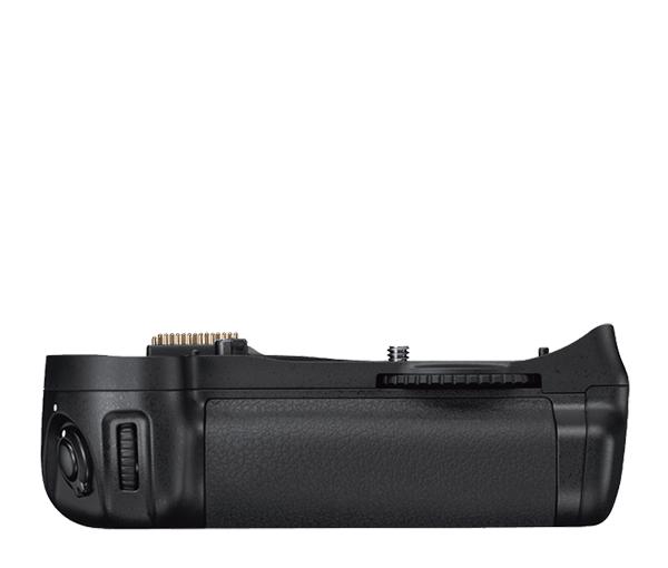 Nikon Универсальный батарейный блок MB-D10Питание фотокамер<br>Многофункциональный батарейный блок MB-D10 повышает скорость съемки в непрерывном высокоскоростном режиме до 8 кадров в секунду* и увеличивает время автономной работы при использовании батарей. Благодаря эргономичной конструкции рукоятки стало еще удобнее держать фотокамеру при съемке в вертикальном положении, а в качестве источника питания рукоятки используются восемь стандартных батарей размера AA (при использовании вставки MS-D10, идущей в комплекте) или аккумуляторная батарея EN-EL3e (при использовании вставки MS-D10EN, идущей в комплекте). Имеются дополнительная спусковая кнопка затвора, мультиселектор и кнопка включения автофокуса для съемки в вертикальном положении, а также дополнительные главный и вспомогательный диски управления. При использовании крышки батарейного отсека BL-3 (поставляется отдельно) этот батарейный блок можно использовать совместно с батареей En-EL4a. <br> Батарейный блок MB-D10 совместим с фотокамерами: D700, D300, D300S<br><br>Тип: Батарейный блок<br>Артикул: VAK16801