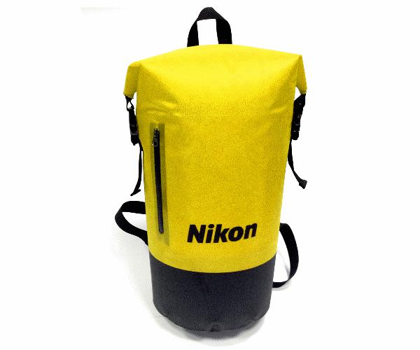 Nikon Рюкзак для COOLPIX AW130 водонепроницаемыйЧехлы, кофры<br>Основное отделение этого водонепроницаемого рюкзака имеет объем 20 л. Кроме того, у рюкзака есть водонепроницаемый передний карман на молнии, предназначенный для предметов небольшого размера. Этот рюкзак идеален для переноски вашей фотокамеры в любой нестандартной ситуации.<br><br>Цвет: Желтый<br>Артикул: VAECSS66