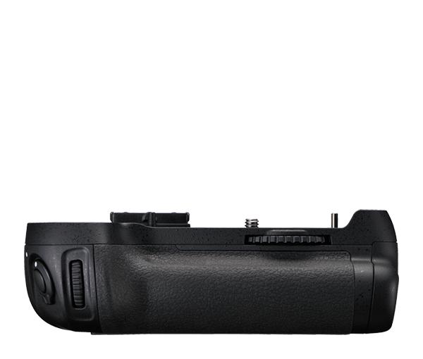 Nikon Универсальный батарейный блок MB-D12Питание фотокамер<br>Универсальный батарейный блок MB-D12 повышает скорость съемки в непрерывном высокоскоростном режиме до 6 кадров в секунду* и увеличивает время автономной работы при использовании батарей. Его эргономичная конструкция позволяет еще удобнее держать фотокамеру при съемке в вертикальном положении, а в качестве источника питания используются восемь стандартных батарей размера AA или специальная аккумуляторная батарея Nikon EN-EL15. Имеются дополнительная спусковая кнопка затвора, мультиселектор и кнопка включения АФ для съемки в вертикальном положении фотокамеры, а также дополнительные главный и вспомогательный диски управления. <br><br>*при использовании аккумулятора EN-EL18/EN-EL18a <br><br>Совместим с камерами: D810, D810A, D800 и D800E <br><br>ВНИМАНИЕ: элементы питания (стандартные батареи размера AA, батарея EN-EL15 и EN-EL18) в комплекте не идут<br><br>Тип: Батарейный блок<br>Артикул: VFC00201
