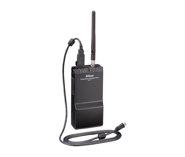 Nikon Беспроводной передатчик WT-4Аксессуары для подключения<br>Высокопроизводительный беспроводной передатчик для некоторых моделей цифровых зеркальных фотокамер Nikon. Передатчик подключается к проводной (10BASE-T, 100BASE-TX) или беспроводной (IEEE802.11b/g, 11a) локальной сети и позволяет создавать сети из нескольких фотокамер с возможностью удаленного просмотра и загрузки снимков. Это отдельное устройство, которое можно носить на поясе, производя съемку длительное время без перерыва. Для удаленного изменения настроек фотокамеры и использования режима LiveView на управляющем компьютере должна быть установлена программа Nikon Camera Control Pro 2. В качестве источника питания передатчика WT-4 можно использовать специальную батарею Nikon или сетевой блок питания. <br><br>Стандарты: Стандарт IEEE 802.3u (100 base-TX)/IEEE 802.3 (10 base-T) <br>Скорость передачи данных: 10/100 Мбит/с с автоматическим определением <br>Порт: 100 base-TX/10 base-T (AUTO-MDIX<br>Протоколы передачи данных: PTP-IP, ftp<br>Потребление электроэнергии: 4,5 Ватт максимум <br>Источник питания: Литий-ионная аккумуляторная батарея EN-EL3e х 1 (в комплект не входит), блок питания EH-6 (в комплект не входит) <br>Рабочие условия: <br>Температура: 0–40 °C <br>Влажность: менее 85% (без конденсата) <br><br>Совместимые камеры: D300, D300s, D700, D800, D800E, D3, D3S, D3X, D4<br><br>Тип: Беспроводной передатчик<br>Артикул: VWA100GC