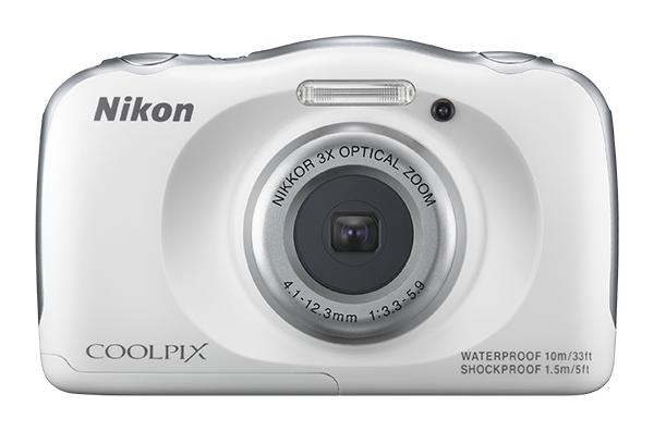 Nikon COOLPIX S33 с плавающим ремнёмСерия Style<br>Вам нужна фотокамера, которая не подведет во время путешествий? Даже при подводной съемке? Сверхпрочная и удобная в использовании 13-мегапиксельная фотокамера COOLPIX S33 справится со всеми тяготами работы фотографа: ударами при падении с высоты до 1,5 м, морозом до –10 °C и пылью.<br> <br> С ней можно погружаться на глубину до 10 м или применять функцию «Кадрирование лица под водой», оставаясь на берегу. Снимайте семейное видео Full HD одним нажатием кнопки и выполняйте увеличение с помощью объектива с 3-кратным оптическим зумом, который можно расширить до 6-кратного, используя функцию Dynamic Fine Zoom?. В фотокамере предусмотрены отдельные меню для взрослых и детей. А благодаря сюжетным режимам и ярким цветовым решениям корпуса съемка будет простой и приятной.<br><br>Тип: Компактная цифровая фотокамера<br>Формат матрицы: 1/3,1 дюйма<br>Тип матрицы, размер: КМОП: 4,8 x 3,6 мм<br>Эффективное число пикселей: 13 млн<br>Процессор (АЦП): EXPEED C2<br>Автофокусировка: АФ с функцией определения контраста<br>Режим зоны автофокуса: Центральная фокусировка, распознавание лица, АФ с обнаружением объекта<br>Выдержка синхронизации: До 1/2000 (электронный затвор)<br>Режимы съемки: «Навести и снять», «Выбрать стиль» («Съемка ночью», «Макросъемка», «Съемка еды», «Съемка под водой», «Кадрирование лица под водой», «Съемка с интервалами», «Съемка серии снимков», «Съемка фейерверков», «Съемка объектов с освещением сзади», «Зеркало», «Добавить эффект пузыря», «Добавить неоновый эффект», «Добавить эффект рисунка», «Смягчение снимков», «Эффект диорамы», «Снять видеоминиатюру»)<br>Контроль экспозиции: «Навести и снять», «Выбрать стиль» («Съемка ночью», «Макросъемка», «Съемка еды», «Съемка под водой», «Кадрирование лица под водой», «Съемка с интервалами», «Съемка серии снимков», «Съемка фейерверков», «Съемка объектов с освещением сзади», «Зеркало», «Добавить эффект пузыря», «Добавить неоновый эффект», «Добавить эффект рисунка», «Смягчение