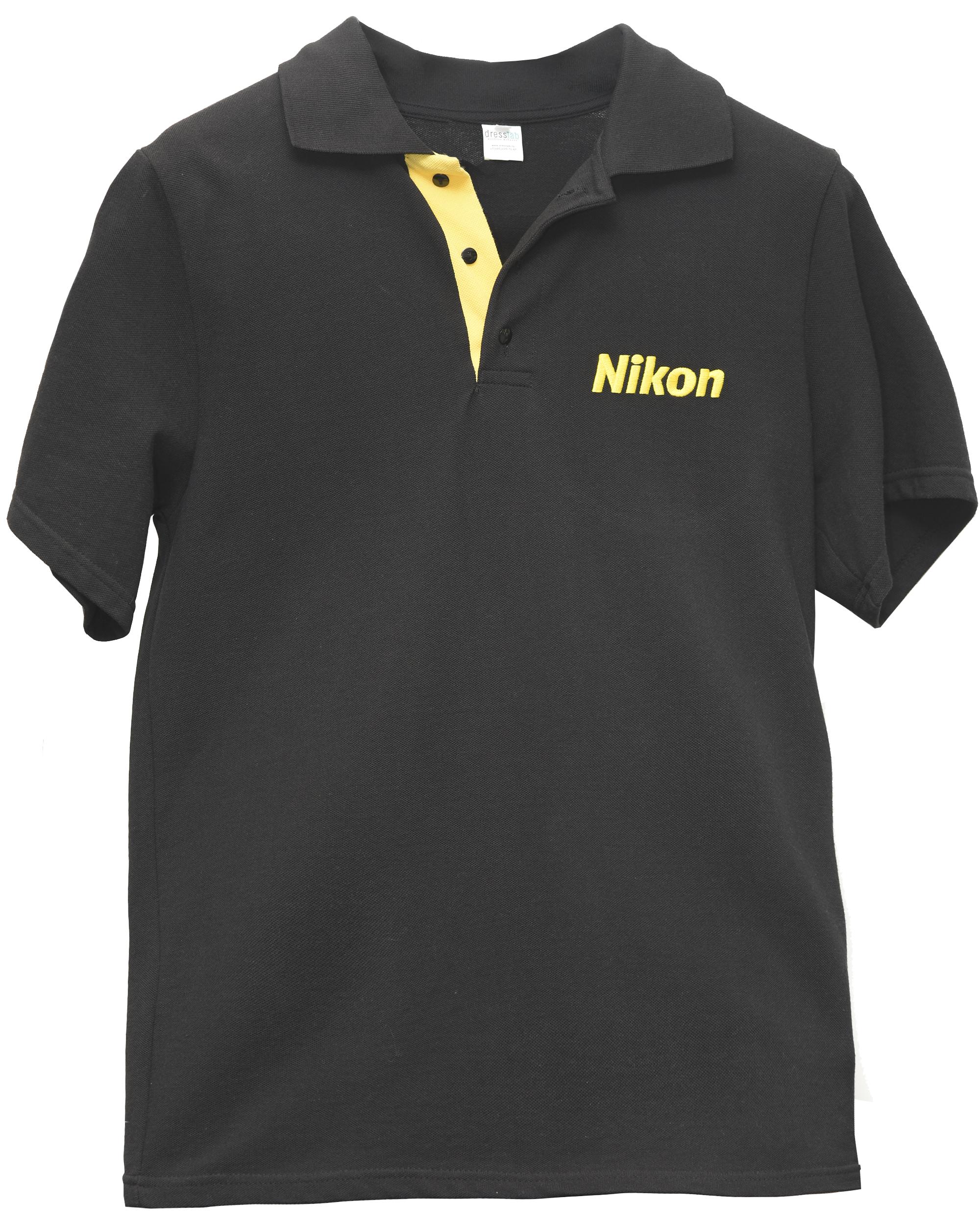 Nikon ПолоСувениры<br>Стильное поло с логотипом Nikon, выполненная в чёрном цвете станет отличным дополнением к Вашему стилю и послужит отличным подарком Вашим близким. <br>Логотипы Nikon нанесены спереди (размер 8х2,5 см) и сзади (размер 23х7 см).<br> Размеры: 48, 50, 52<br><br>Тип: Поло<br>Артикул: POLO