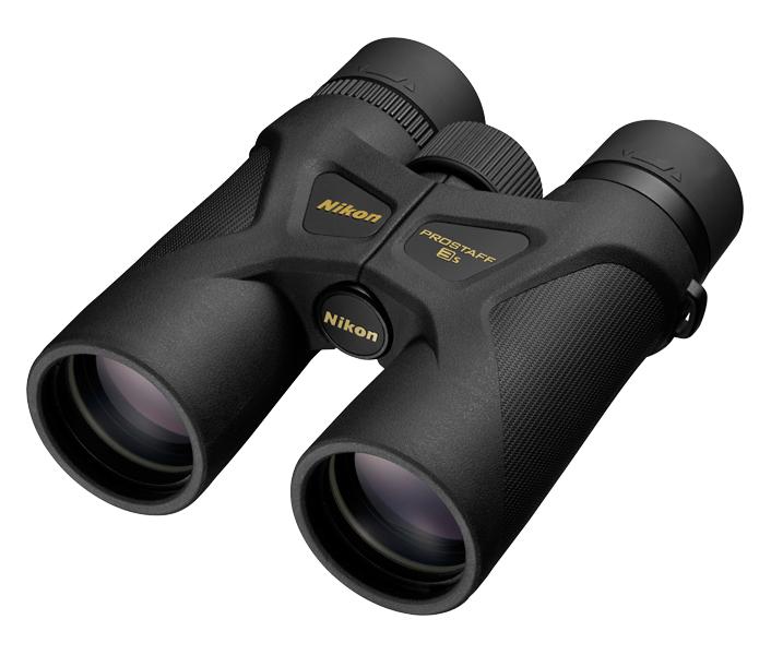 Nikon Бинокль PROSTAFF 3s 10x42Бинокли для спорта и отдыха<br>Сверхкомпактные и легкие бинокли PROSTAFF 3S идеально подходят для наблюдения за природой. Благодаря тонкому корпусу и удобному захвату ими очень удобно пользоваться. Водонепроницаемая и защищенная от запотевания конструкция делает эту модель по-настоящему всепогодной. Многослойное покрытие линз и высокоотражающее покрытие призм обеспечивают четкое и яркое изображение. Кроме того, модель 10x42 предлагает более широкий угол обзора без уменьшения выноса точки визирования. Это делает поиск объектов, особенно движущихся, таких как птицы, намного проще. <br> Доступны две модели: 8x42 и 10x42.<br><br>Тип: Бинокль Prostaff<br>Диаметр объектива (мм): 42<br>Влагозащищенность: Да<br>Поле зрения (°): 7,0<br>Увеличение (x): 10<br>Выходной зрачок (мм): 4,2<br>Вынос точки визирования (мм): 15,7<br>Относительная яркость: 17,6<br>Минимальное расстояние фокусировки (м): 3<br>Регулировка расстояния между центрами окуляров (мм): 56–72<br>Тип призмы: Roof<br>Питание: Нет<br>Артикул: BAA825SA