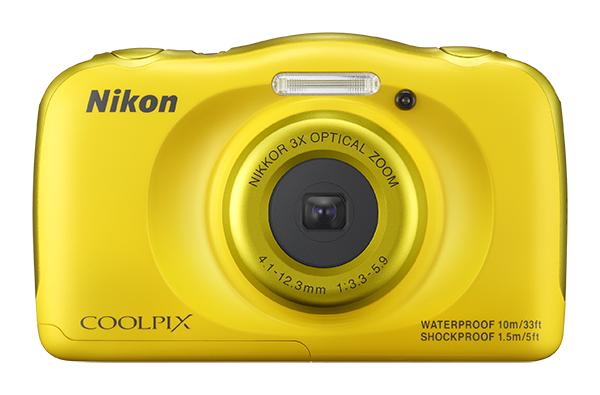 Nikon COOLPIX S33 с рюкзаком желтыйСерия Style<br>Вам нужна фотокамера, которая не подведет во время путешествий? Даже при подводной съемке? Сверхпрочная и удобная в использовании 13-мегапиксельная фотокамера COOLPIX S33 справится со всеми тяготами работы фотографа: ударами при падении с высоты до 1,...<br><br>Тип: Компактная цифровая фотокамера<br>Формат матрицы: 1/3,1 дюйма<br>Тип матрицы, размер: КМОП: 4,8 x 3,6 мм<br>Эффективное число пикселей: 13 млн<br>Процессор (АЦП): EXPEED C2<br>Автофокусировка: АФ с функцией определения контраста<br>Режим зоны автофокуса: Центральная фокусировка, распознавание лица, АФ с обнаружением объекта<br>Выдержка синхронизации: До 1/2000 (электронный затвор)<br>Режимы съемки: «Навести и снять», «Выбрать стиль» («Съемка ночью», «Макросъемка», «Съемка еды», «Съемка под водой», «Кадрирование лица под водой», «Съемка с интервалами», «Съемка серии снимков», «Съемка фейерверков», «Съемка объектов с освещением сзади», «Зеркало», «Добавить эффект пузыря», «Добавить неоновый эффект», «Добавить эффект рисунка», «Смягчение снимков», «Эффект диорамы», «Снять видеоминиатюру»)<br>Контроль экспозиции: «Навести и снять», «Выбрать стиль» («Съемка ночью», «Макросъемка», «Съемка еды», «Съемка под водой», «Кадрирование лица под водой», «Съемка с интервалами», «Съемка серии снимков», «Съемка фейерверков», «Съемка объектов с освещением сзади», «Зеркало», «Добавить эффект пузыря», «Добавить неоновый эффект», «Добавить эффект рисунка», «Смягчение снимков», «Эффект диорамы», «Снять видеоминиатюру»)<br>Коррекция экспозиции: От ?2 до +2 EV с шагом 1<br>Баланс белого: «Авто»<br>Видеоролики — устройство записи звука: Встроенный cтереомикрофон<br>Монитор: TFT-монитор с диагональю 6,7 см, разрешением прибл. 230 тыс. точек, антибликовым покрытием и 5-уровневой регулировкой яркости<br>Носители данных: Карта памяти SD/SDHC/SDXC<br>Коммуникационные функции: Нет<br>Формат файлов для хранения: Снимки: JPEG. Голосовые сообщения: WAV. Видеоролики: MOV<br>Выдержка: От 1/2