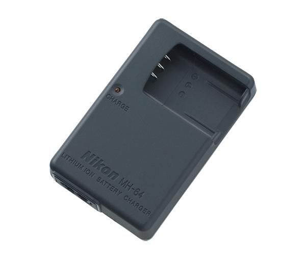 Nikon Зарядное устройство MH-64(E)Питание фотокамер<br>Это устройство предназначено для зарядки некоторых моделей литий-ионных аккумуляторных батарей для фотокамер COOLPIX. Устройство обладает компактными размерами и имеет лампочку-индикатор.<br><br>Применяется для фотокамер серии: COOLPIX S550, COOLPIX S560.<br><br>Тип: Быстрое зарядное устройство<br>Артикул: VEA003EA