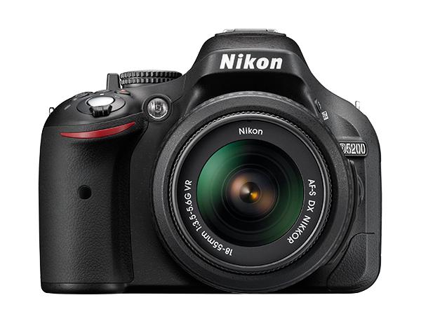 Nikon D5200 Kit AF-S DX 18-55mm f/3.5-5.6G VR IIВосстановленная техника<br>Восстановленная техника!<br> <br> Во всех случаях — от захватывающих дух фотографий до плавно отснятых видеороликов Full HD — эта цифровая зеркальная фотокамера поможет вам раскрыть творческие способности.<br> <br> Удобный экран с переменным углом наклона предоставляет возможность уникального взгляда на мир. 24,1-мегапиксельная КМОП-матрица формата DX запечатлевает изображения с великолепной детализацией, а передовая 39-точечная система автофокусировки обеспечит точное наведение на цель. Разработанный компанией Nikon удивительно точный 2016-пиксельный датчик для замера экспозиции гарантирует идеальную экспозицию даже в сложных условиях освещения.<br> <br> Специальные эффекты для видеороликов или фотоснимков можно применять в реальном времени, а готовые творения — передавать с помощью адаптера для беспроводного подключения Nikon прямо на совместимое интеллектуальное устройство и сразу же ими делиться.<br><br>Тип: Цифровая зеркальная фотокамера<br>Формат матрицы: DX<br>Тип матрицы, размер: КМОП: 23,5 x 15,6 мм<br>Эффективное число пикселей: 24,1 млн<br>Процессор (АЦП): EXPEED 3<br>Чувствительность ISO: 100–6400 единиц ISO с шагами 1/3 EV. Может быть установлена примерно на 0,3, 0,7, 1 или 2 EV (эквивалентно 25 600 единицам ISO) выше чувствительности 6400 единиц ISO<br>Автофокусировка: Multi-CAM 4800DX с TTL определением фазы, 39 точками фокусировки (включая 9 датчиков перекрестного типа)<br>Режим зоны автофокуса: Одноточечная АФ, 9-, 21- или 39-точечная динамическая АФ, 3D слежение, автоматический выбор зоны АФ<br>Выдержка синхронизации: 1/200 с; синхронизация с затвором при выдержке не менее 1/200 с<br>Режимы съемки: «Покадровая», «Непрерывная медленная», «Непрерывная быстрая», «Автоспуск», «Спуск с задержкой»; «Быстрый спуск» (ML-L3); «Тихий затвор» (ML-L3); поддерживается интервальная съемка<br>Контроль экспозиции: P, S, A, M, aвтоматические режимы (авто; авто (вспышка выключена)); сюжетные 