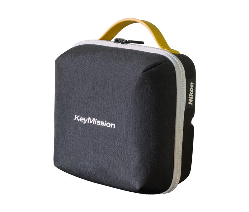 Nikon Чехол для инструментов KeymissionДля экшн-камер<br>Универсальный всепогодный мешок для принадлежностей к камерам KeyMission. Внутренние отсеки включают три съемных бокса для камеры KeyMission и креплений. Вы можете взять с собой только один бокс или все три: каждый бокс закреплен на встроенном креплении, поэтому он не выпадет в движении. Два внутренних кармана для небольших дополнительных принадлежностей.