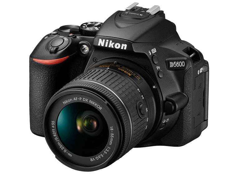 Nikon D5600 Kit AF-P DX 18-55mm f/3.5-5.6GЛюбительские<br>Неожиданный миг красоты. Эффектный видеоролик цейтраферной съемки. Возможно, вас заворожила волшебная игра теней в яркий солнечный день или вам удалось снять видеоролик с необычного ракурса — мало что может сравниться с тем удивительным трепетом, который охватывает в процессе творчества.<br> Благодаря передовым технологиям обработки изображений от компании Nikon фотокамера D5600 способна творить настоящие чудеса. Она поможет вам реализовать самые смелые идеи. Широкий выбор легендарных объективов NIKKOR означает, что у вас всегда найдутся средства для воплощения любых творческих замыслов. А приложение Nikon SnapBridge? позволяет синхронизировать изображения с интеллектуальным устройством по мере съемки или при желании легко передавать видеоролики.<br><br>Тип: Цифровая зеркальная фотокамера<br>Формат матрицы: DX<br>Тип матрицы, размер: КМОП: 23,5 x 15,6 мм<br>Эффективное число пикселей: 24,2 млн<br>Процессор (АЦП): EXPEED 4<br>Чувствительность ISO: От 100 до 25 600 единиц ISO с шагом 1/3 EV. Доступно автоматическое управление чувствительностью ISO<br>Автофокусировка: Multi-CAM 4800DX с определением фазы TTL, 39 точками фокусировки (включая 9 датчиков перекрестного типа)<br>Режим зоны автофокуса: Одноточечная АФ, 9-, 21- или 39-точечная динамическая АФ, 3D слежение (39 точек), автоматический выбор зоны АФ<br>Выдержка синхронизации: 1/200 с; синхронизация с затвором при выдержке не короче 1/200 с<br>Режимы съемки: S (покадровая съемка), CL (непрерывная низкоскоростная съемка), CH (непрерывная высокоскоростная съемка), Q (тихий затвор), автоспуск, съемка с интервалом, дистанционный спуск с задержкой (ML-L3), быстрый спуск (ML-L3)<br>Контроль экспозиции: P, S, A, M, автоматические режимы (авто; авто (вспышка выключена)); сюжетные режимы («Портрет», «Пейзаж», «Ребенок», «Спорт», «Макро», «Ночной портрет», «Ночной пейзаж», «Праздник/в помещении», «Пляж/снег», «Закат», «Сумерки/рассвет», «Портрет питомца», «Свет от св