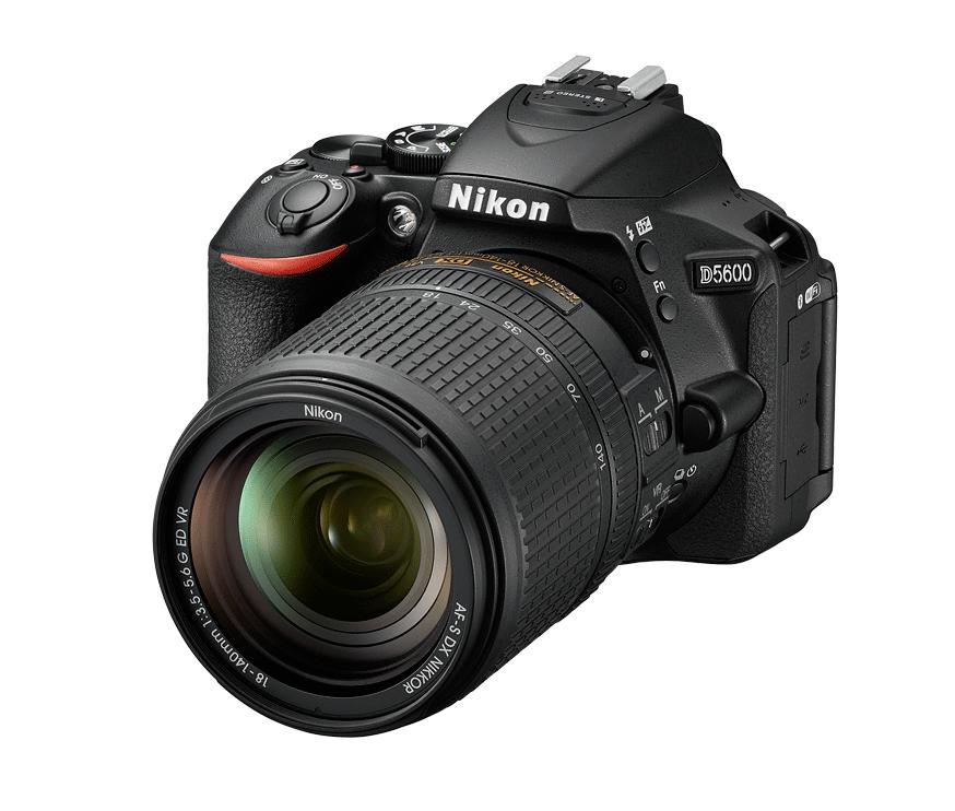 Nikon D5600 Kit AF-S DX 18-140mm f/3.5-5.6G ED VRЛюбительские<br>Неожиданный миг красоты. Эффектный видеоролик цейтраферной съемки. Возможно, вас заворожила волшебная игра теней в яркий солнечный день или вам удалось снять видеоролик с необычного ракурса — мало что может сравниться с тем удивительным трепетом, который охватывает в процессе творчества.<br> Благодаря передовым технологиям обработки изображений от компании Nikon фотокамера D5600 способна творить настоящие чудеса. Она поможет вам реализовать самые смелые идеи. Широкий выбор легендарных объективов NIKKOR означает, что у вас всегда найдутся средства для воплощения любых творческих замыслов. А приложение Nikon SnapBridge? позволяет синхронизировать изображения с интеллектуальным устройством по мере съемки или при желании легко передавать видеоролики.<br><br>Тип: Цифровая зеркальная фотокамера<br>Формат матрицы: DX<br>Тип матрицы, размер: КМОП: 23,5 x 15,6 мм<br>Эффективное число пикселей: 24,2 млн<br>Процессор (АЦП): EXPEED 4<br>Чувствительность ISO: От 100 до 25 600 единиц ISO с шагом 1/3 EV. Доступно автоматическое управление чувствительностью ISO<br>Автофокусировка: Multi-CAM 4800DX с определением фазы TTL, 39 точками фокусировки (включая 9 датчиков перекрестного типа)<br>Режим зоны автофокуса: Одноточечная АФ, 9-, 21- или 39-точечная динамическая АФ, 3D слежение (39 точек), автоматический выбор зоны АФ<br>Выдержка синхронизации: 1/200 с; синхронизация с затвором при выдержке не короче 1/200 с<br>Режимы съемки: S (покадровая съемка), CL (непрерывная низкоскоростная съемка), CH (непрерывная высокоскоростная съемка), Q (тихий затвор), автоспуск, съемка с интервалом, дистанционный спуск с задержкой (ML-L3), быстрый спуск (ML-L3)<br>Контроль экспозиции: P, S, A, M, автоматические режимы (авто; авто (вспышка выключена)); сюжетные режимы («Портрет», «Пейзаж», «Ребенок», «Спорт», «Макро», «Ночной портрет», «Ночной пейзаж», «Праздник/в помещении», «Пляж/снег», «Закат», «Сумерки/рассвет», «Портрет питомца», «Све