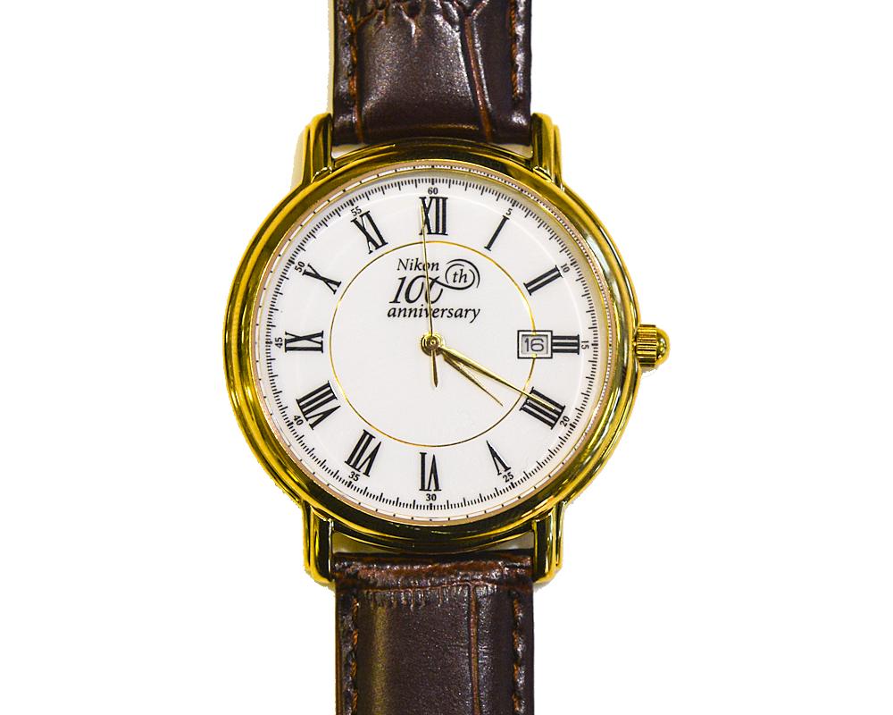 Nikon Юбилейные часы с логотипомСувениры<br>Наручные часы от ТД «Полет», специально изготовленные в честь 100-летнего юбилея компании Nikon, это стильный и статусный аксессуар, который будет отличным подарком любому успешному фотографу.<br><br>Артикул: 1886530KK