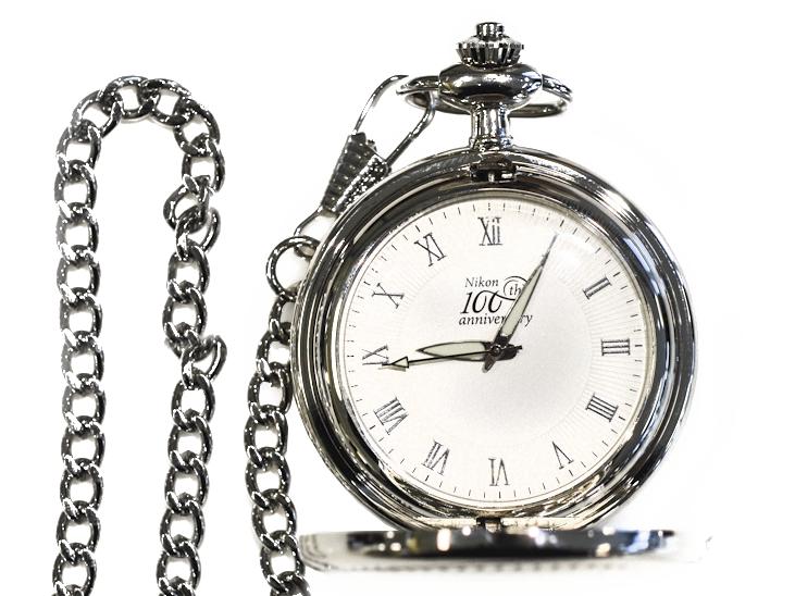Nikon Юбилейные карманные часы с логотипомСувениры<br>Карманные часы от ТД «Полет», специально изготовленные в честь 100-летнего юбилея компании Nikon, это стильный и статусный аксессуар, который будет отличным подарком любому успешному фотографу.<br><br>Артикул: 2261946