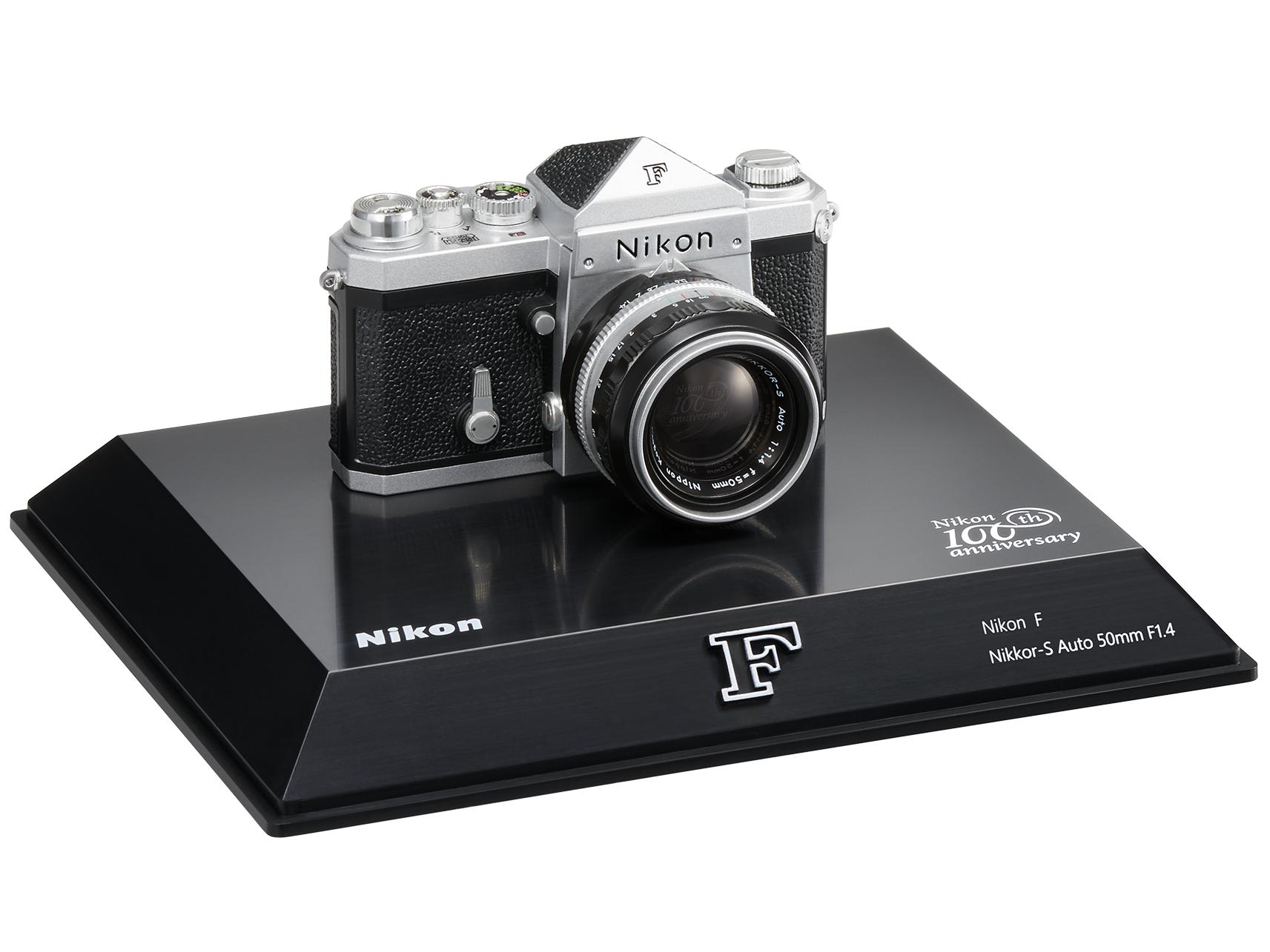 Nikon Миниатюрная юбилейная модель фотокамеры  F 100th Anniversary100th Anniversary<br>Nikon F. Основоположник флагманских фотокамер Nikon, задавший мировые стандарты зеркальных фотокамер. Она обладала беспрецедентными характеристиками и надежностью, поскольку объединила все оптические и прецизионные технологии Nikon в одном устройстве, включая собственные патентованные стандарты, такие как байонет Nikon F, который продолжает использоваться и в наши дни. Эта миниатюрная модель воспроизводит фотокамеру Nikon F, до сих пор пользующуюся популярностью среди энтузиастов, в масштабе 1:2.<br><br>Артикул: VJY01001