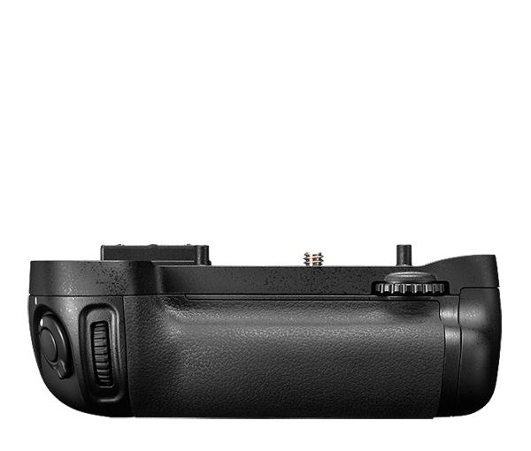 Nikon Универсальный батарейный блок MB-D15Питание фотокамер<br>Универсальный батарейный блок MB-D15 оснащен спусковой кнопкой затвора, кнопкой блокировки АЭ/АФ, мультиселектором, а также главным и вспомогательным дисками управления, что позволяет делать более качественные фотографии при съемке в вертикальном положении. <br><br>В качестве источника питания для устройства MB-D15 используются шесть батарей типоразмера АА (щелочных, никель-металл-гидридных или литиевых - приобретаются дополнительно) либо литий-ионные аккумуляторные батареи EN-EL15 (приобретается дополнительно). Батареи типоразмера АА устанавливаются в батарейный блок MB-D15 при помощи держателя MS-D14 (идёт в комплекте) для батарей типоразмера АА. При использовании в качестве источника питания блока MB-D15 батарей EN-EL15 необходим держатель батарей MS-D14EN (идёт в комплекте).<br><br>Совместимые фотокамеры: D7100, D7200<br><br>Тип: Батарейный блок<br>Артикул: VFC00401