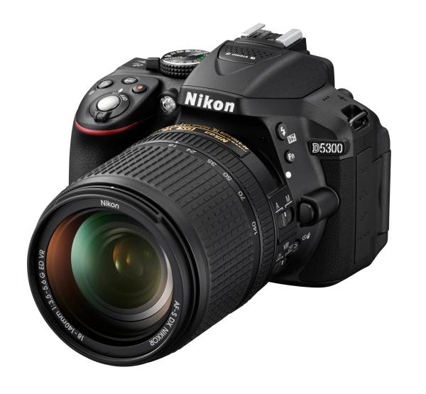 Nikon D5300 Kit AF-S DX 18-140mm f/3.5-5.6G VRЛюбительские<br>Эта великолепная 24,2-мегапиксельная фотокамера формата DX, оснащенная встроенными модулями Wi-Fi и GPS, позволяет создавать невероятно четкие изображения, отражающие уникальное видение фотографа, и обмениваться ими с другими. <br><br><br> <br> Благодаря наличию функции Wi-Fi фотокамеру можно подключить непосредственно к интеллектуальному устройству и поделиться полученными фотографиями сразу же после съемки. С помощью функции GPS к фотографиям можно добавлять информацию о месте съемки. Вы сможете делиться впечатлениями о своих путешествиях и привязывать фотографии к картам мира. <br> <br> Кроме того, наличие большого экрана с переменным углом наклона позволяет с легкостью вести фото- и видеосъемку с неожиданных ракурсов, а превосходная производительность при недостаточном освещении (поддерживается расширение до 25 600 единиц ISO) обеспечивает резкость изображений во время съемки в темноте.<br><br>Тип: Цифровая зеркальная фотокамера<br>Формат матрицы: DX<br>Тип матрицы, размер: КМОП: 23,5 x 15,6 мм<br>Эффективное число пикселей: 24,2 млн<br>Процессор (АЦП): EXPEED 4<br>Чувствительность ISO: От 100 до 12 800 единиц ISO с шагом 1/3 EV. Также можно установить значение приблизительно на 0,3, 0,7 или 1 EV (эквивалентно 25 600 единицам ISO) выше чувствительности 12 800 единиц ISO<br>Автофокусировка: Multi-CAM 4800DX с определением фазы TTL, 39 точками фокусировки (включая 9 датчиков перекрестного типа)<br>Режим зоны автофокуса: Одноточечная АФ, 9-, 21- или 39-точечная динамическая АФ, 3D-слежение, автоматический выбор зоны АФ<br>Выдержка синхронизации: 1/200 с; синхронизация с затвором при выдержке не короче 1/200 с<br>Режимы съемки: Покадровая, непрерывная медленная, непрерывная быстрая, тихий затвор, автоспуск, спуск с задержкой (ML-L3), быстрый спуск (ML-L3); поддерживается интервальная съемка<br>Контроль экспозиции: P, S, A, M, aвтоматические режимы (авто; авто (вспышка выключена)); сюжетные режимы (Портрет