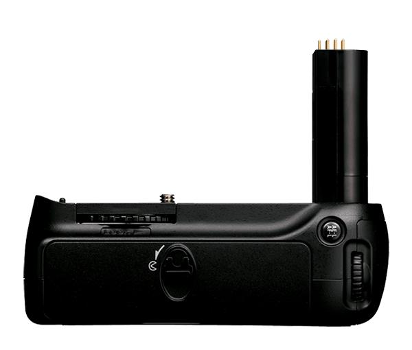 Nikon Универсальный батарейный блок MB-D80Питание фотокамер<br>Батарейный блок MB-D80 позволяет использовать одну или две литий-ионные аккумуляторные батареи EN-EL3e или шесть батарей размера R6/типоразмера АА (вкладка MS-D200 входит в комплект).  Эргономичное расположение спусковой кнопки затвора обеспечивает удобную работу с камерой при вертикальной съемке. <br><br>Применяется для зеркальных фотокамер: D90 и D80<br><br>Тип: Батарейный блок<br>Артикул: VAK16301
