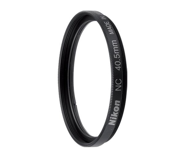 Nikon Фильтр 40.5mm NCФильтры<br>Нейтральный фильтр NC 40.5 диаметром 40.5 мм защищает переднюю часть объективов 1 NIKKOR определенных моделей, диаметр резьбы светофильтров для которых составляет 40.5 мм. Использование фильтра не влияет на оттенки цветов (в видимом световом спектре), а стекло с многослойным покрытием помогает уменьшить блики.<br> <br> Производство: Япония<br><br>Тип: Фильтр для объектива<br>Артикул: FTA08201