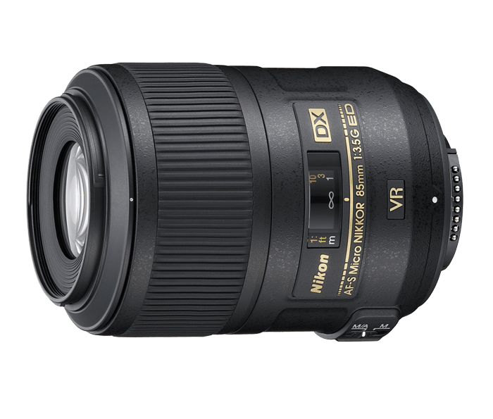 Nikon AF-S DX Micro NIKKOR 85mm f/3.5G ED VRМакро<br>При покупке данного объектива в рамках проведения акции Я летний Cashback вы получите возврат 5 000 рублей!<br><br><br> Компактный и легкий макрообъектив формата DX с высококачественной оптикой. Оснащенный системой подавления вибраций второго поколения Nikon, объектив обеспечивает стабильное изображение как на матрице, так и в видоискателе, расширяя возможности съемки с рук. Масштаб съемки 1:1 позволяет получать реалистические макроснимки со сложной текстурой и мелкими деталями. <br><br><br> Благодаря тихой автофокусировке с помощью бесшумного ультразвукового мотора и системе внутренней фокусировки этот объектив прекрасно подходит для съемки объектов с малого расстояния. Удобный в обращении объектив идеален для знакомства с миром макросъемки.<br><br>Тип: С фиксированным фокусным расстоянием<br>Цвет: Черный<br>Фокусное расстояние: 85 мм (127,5 мм в формате DX)<br>Максимальная диафрагма: 3.5<br>Минимальная диафрагма: 22<br>Подавление вибраций: Да<br>Конструкция объектива: 14 элементов в 10 группах (включая 1 элемент из стекла ED)<br>Угол зрения: DX: 18°50'<br>Минимальное расстояние фокусировки: 0,286 м<br>Количество лепестков диафрагмы: 9<br>Установочный размер фильтра: 52 мм<br>Артикул: JAA637DA